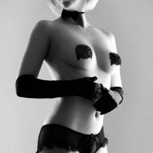 cache-téton-burlesque-noeud-noir-bijoux-indiscrets-portés